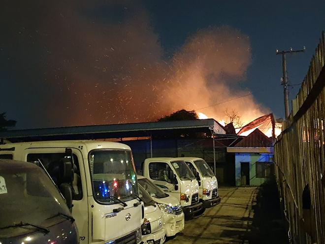 Xưởng gỗ ở Sài Gòn đang cháy dữ dội, lửa lan sang nhiều phòng trọ - 2