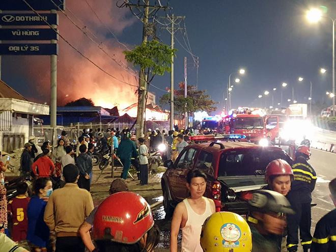 Xưởng gỗ ở Sài Gòn đang cháy dữ dội, lửa lan sang nhiều phòng trọ - 3