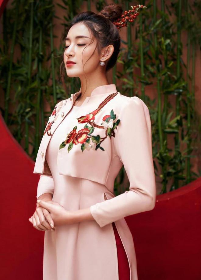 Đỗ Thị Hà nền nã với áo dài, Hoàng Thuỳ diện váy xuyên thấu hoá 'mỹ nhân ngư' - 10