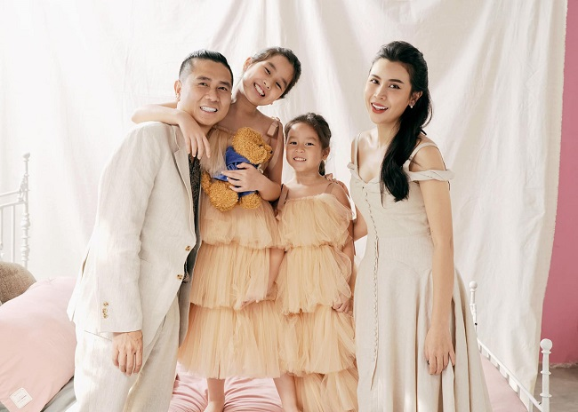 """Sau khi """"gương vỡ lại lành"""", Lưu Hương Giang hạnh phúc bên ông xã và hai công chúa nhỏ."""