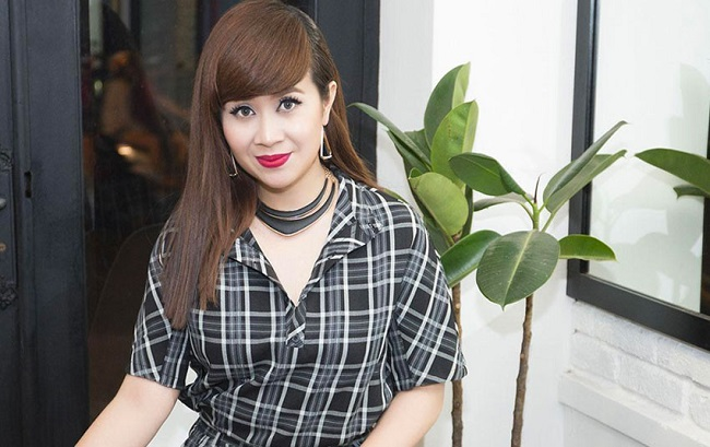 """Khi đảm nhận vai trò huấn luyện viên của Giọng hát Việt nhí 2019, Lưu Thiên Hương cũng gây tranh cãi khi phát ngôn về việc MC đọc nhầm kết quả quán quân. Facebook cá nhân của nữ nhạc sĩ bị cộng đồng mạng tấn công, cô phải khóa trang và """"im hơi lặng tiêng"""" suốt một thời gian dài."""