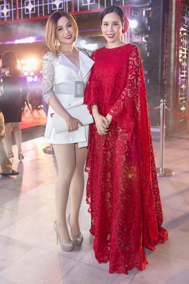 Thậm chí, nhiều người còn nhận xét, Lưu Thiên Hương trẻ hơn em gái. Hiện cô được đánh giá là một trong những giám khảo mặc đẹp của các chương trình truyền hình âm nhạc.