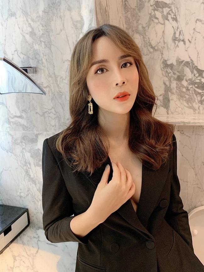 Năm 2016, Lưu Hương Giang thừa nhận đã trốn chồng sang Hàn Quốc làm phẫu thuật thẩm mỹ, chỉnh sửa gương mặt.