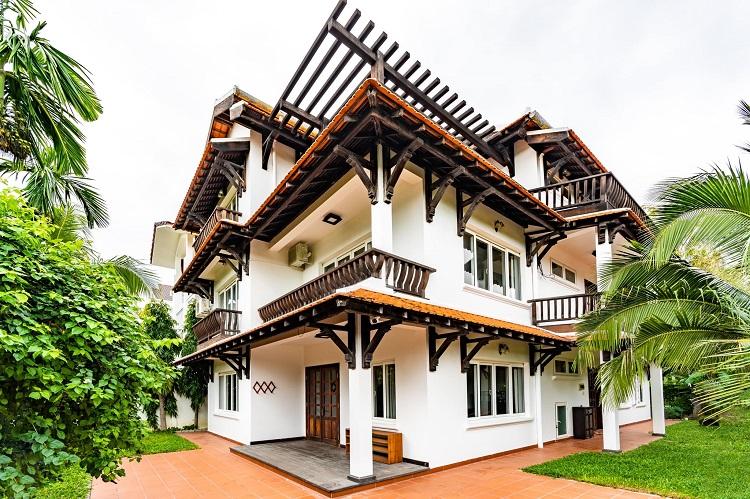 """Căn biệt thự """"phủ gỗ"""" ở Nha Trang, bên trong có cả phòng chiếu phim thu nhỏ - 1"""
