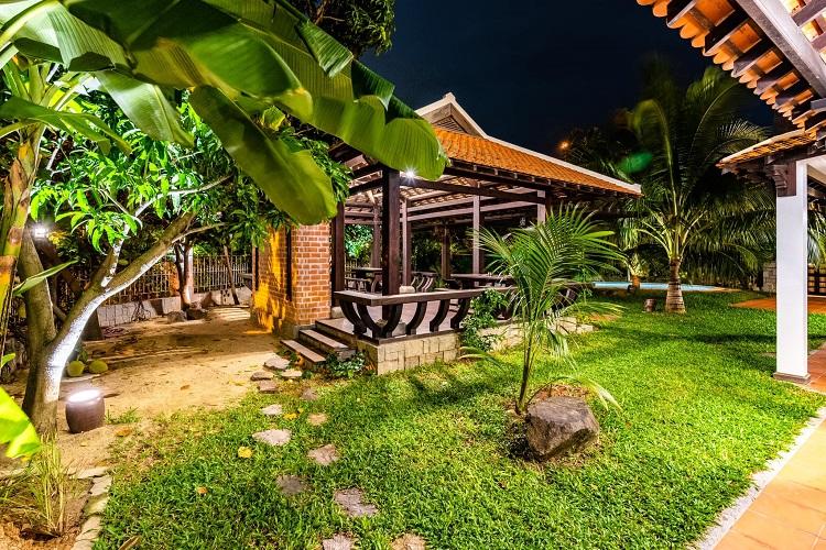 """Căn biệt thự """"phủ gỗ"""" ở Nha Trang, bên trong có cả phòng chiếu phim thu nhỏ - 13"""