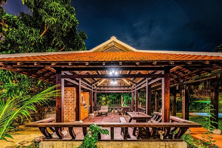 """Căn biệt thự """"phủ gỗ"""" ở Nha Trang, bên trong có cả phòng chiếu phim thu nhỏ - 4"""