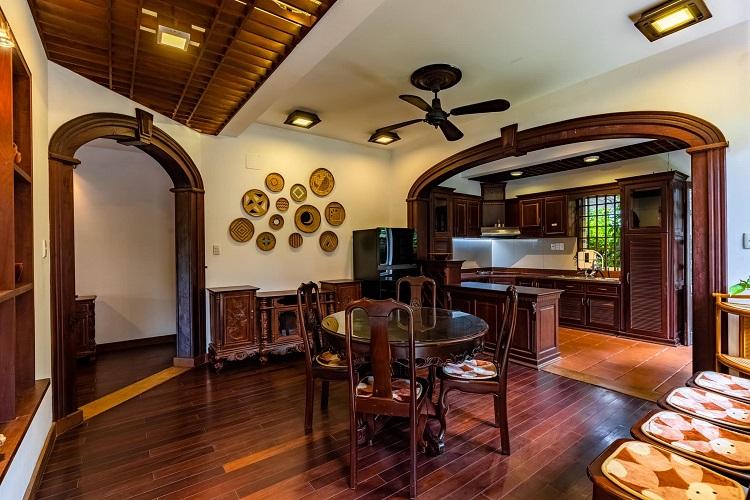 """Căn biệt thự """"phủ gỗ"""" ở Nha Trang, bên trong có cả phòng chiếu phim thu nhỏ - 9"""