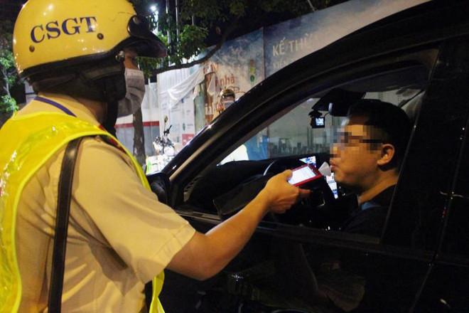 Bị CSGT phạt cồn, một luật sư ở TP.HCM đòi coi tem kiểm định - 1