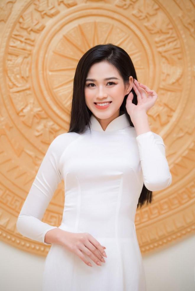 Đảm nhận cương vị mới, Đỗ Thị Hà khoe vẻ đẹp tinh khôi trong tà áo dài trắng
