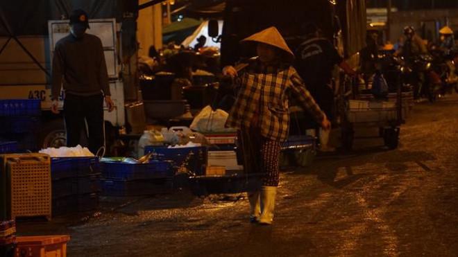 'Đội' rét mưu sinh lúc nửa đêm ở cảng cá lớn nhất miền Trung - 3