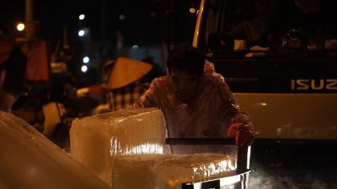'Đội' rét mưu sinh lúc nửa đêm ở cảng cá lớn nhất miền Trung - 4