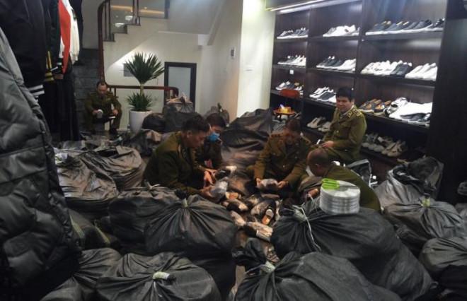 Cận Tết, triệt phá chuỗi AE Shop bán quần áo giày dép giả loạt hàng hiệu - 1