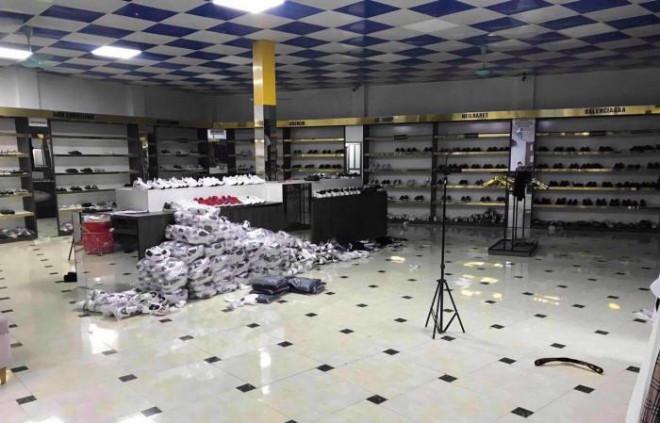 Cận Tết, triệt phá chuỗi AE Shop bán quần áo giày dép giả loạt hàng hiệu - 4