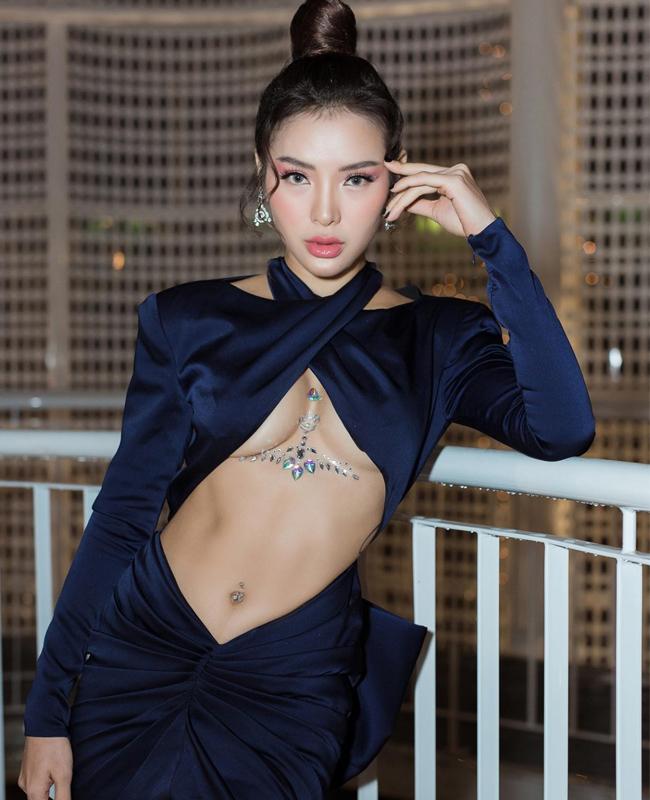 """Váy """"hở đúng chỗ hiểm"""" của chị em showbiz Việt ngày càng """"biến tướng"""""""