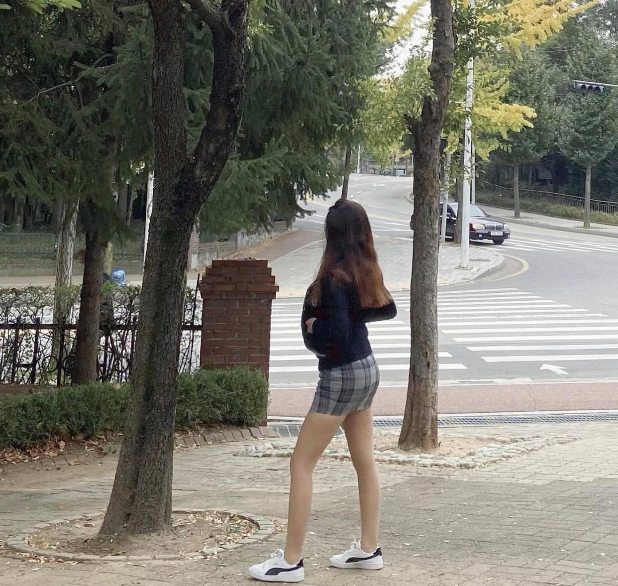 Đồng phục kiệm vải của nữ sinh Hàn khiến nhiều người lo ngại - 4