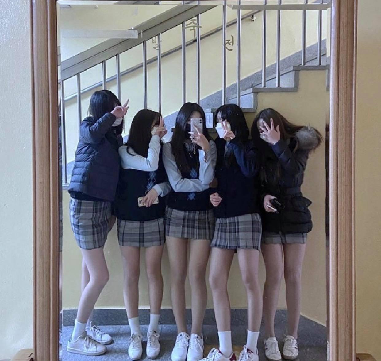 Đồng phục kiệm vải của nữ sinh Hàn khiến nhiều người lo ngại - 2