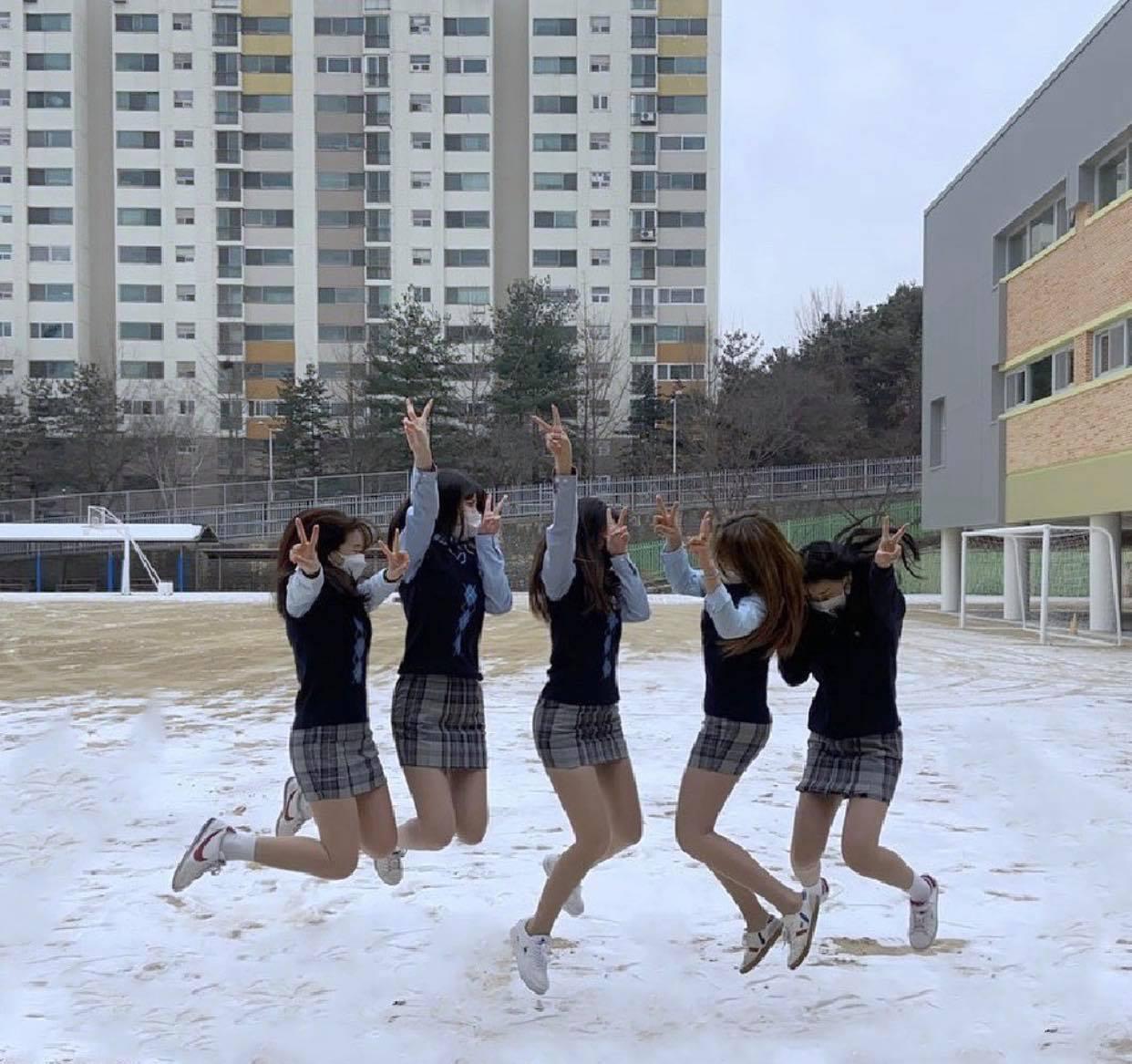 Đồng phục kiệm vải của nữ sinh Hàn khiến nhiều người lo ngại - 3