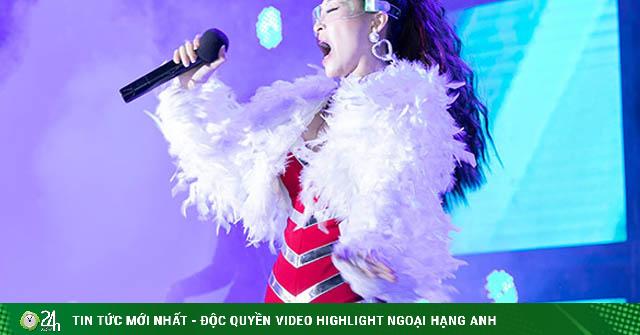 Nữ hoàng hội chợ Vĩnh Thuyên Kim bất chấp trời lạnh, mặc váy bó sát hát 10 ca khúc liên tiếp