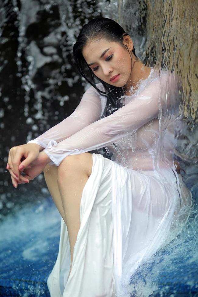 Nữ sinh Việt diện áo dài cánh chuồn để lộ quần tất lưới bị phàn nàn kém duyên