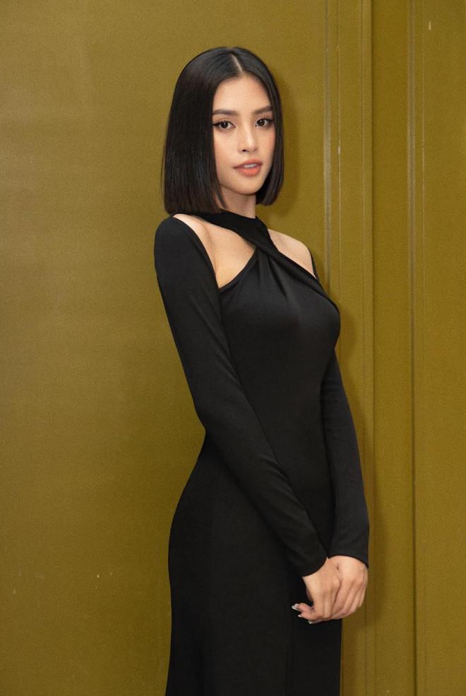 Diện đầm đen bó sát, Hoa hậu Tiểu Vy khoe đường cong uốn lượn ngày càng quyến rũ - 2