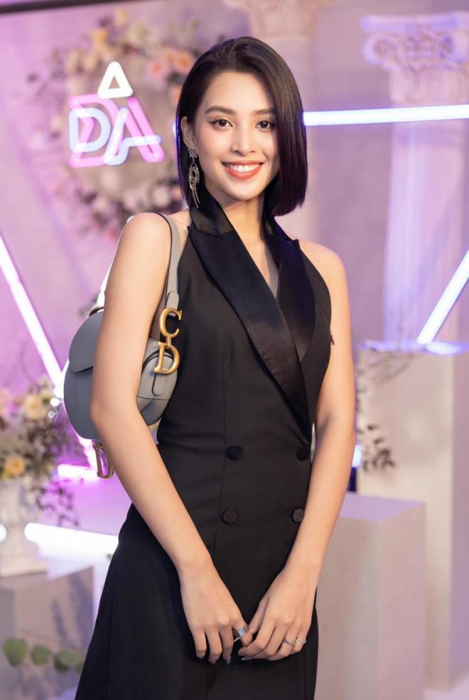 Diện đầm đen bó sát, Hoa hậu Tiểu Vy khoe đường cong uốn lượn ngày càng quyến rũ - 7