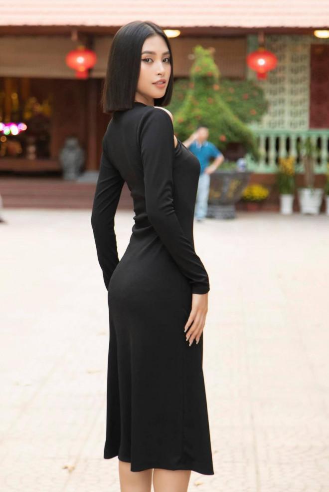 Diện đầm đen bó sát, Hoa hậu Tiểu Vy khoe đường cong uốn lượn ngày càng quyến rũ - 4