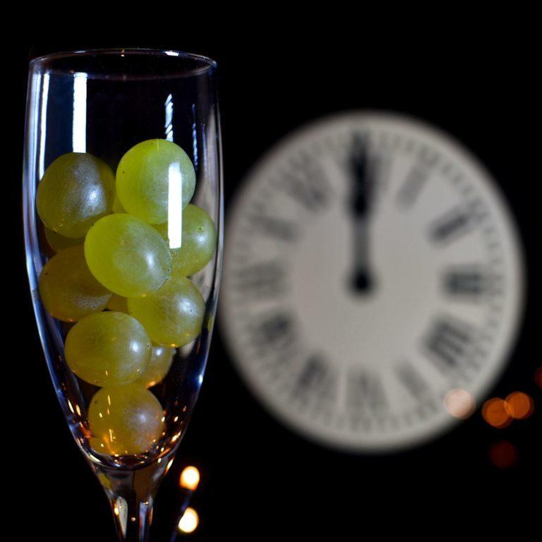 Những kiểu chào đón năm mới lạ lùng nhất thế giới - hình ảnh 1