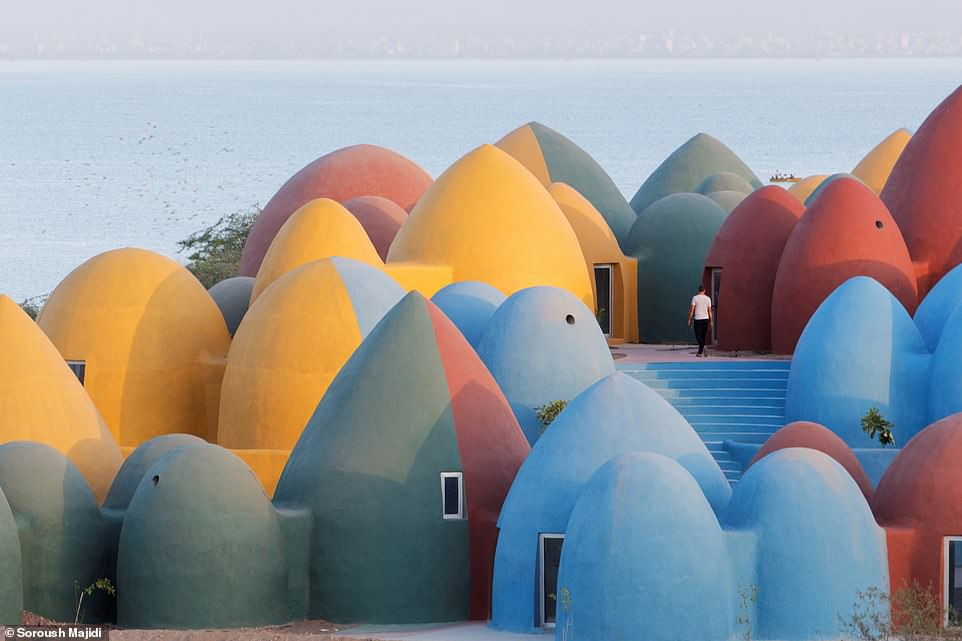 Ngôi làng hoạt hình với những mái vòm kỳ dị nhưng nổi bật màu sắc cầu vồng - hình ảnh 1