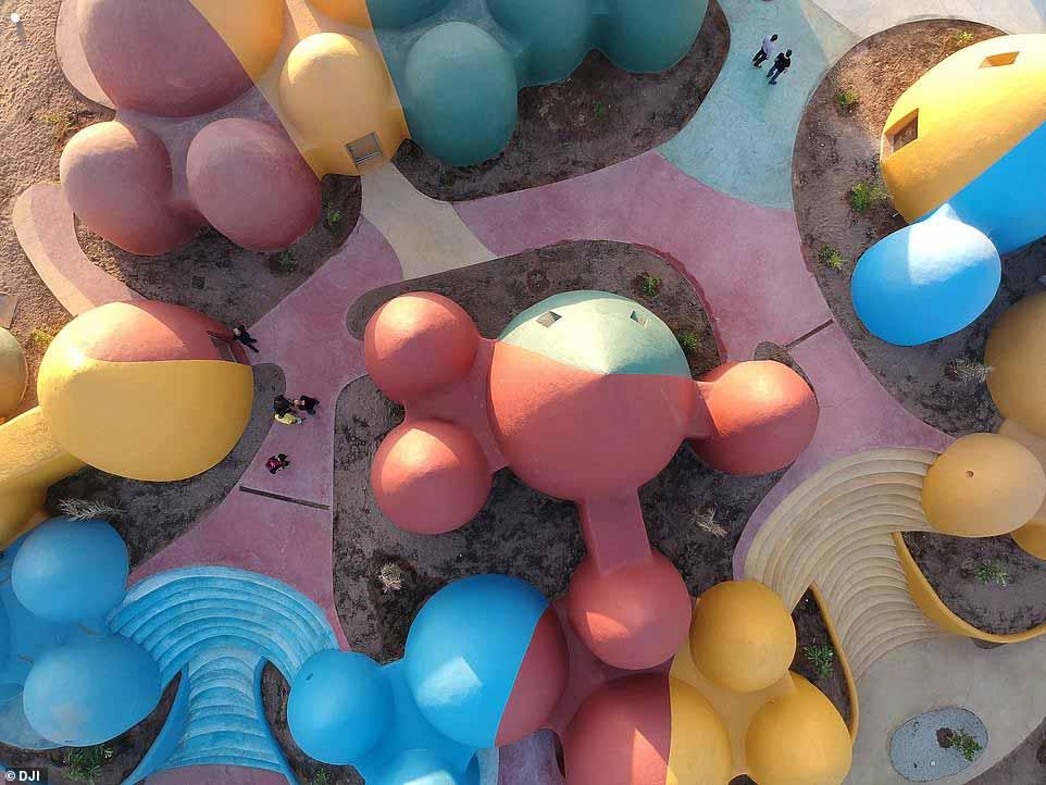 Ngôi làng hoạt hình với những mái vòm kỳ dị nhưng nổi bật màu sắc cầu vồng - hình ảnh 2
