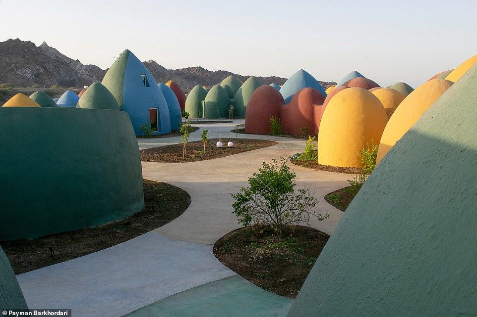 Ngôi làng hoạt hình với những mái vòm kỳ dị nhưng nổi bật màu sắc cầu vồng - hình ảnh 7