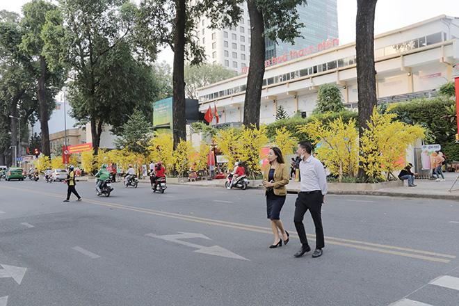 Thiếu nữ Sài Gòn xúng xính áo dài, dạo phố ông đồ những ngày giáp Tết - hình ảnh 1