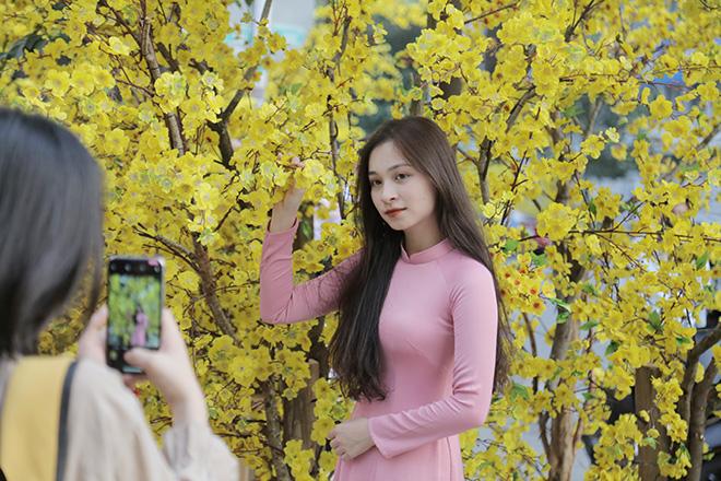 Thiếu nữ Sài Gòn xúng xính áo dài, dạo phố ông đồ những ngày giáp Tết - hình ảnh 10