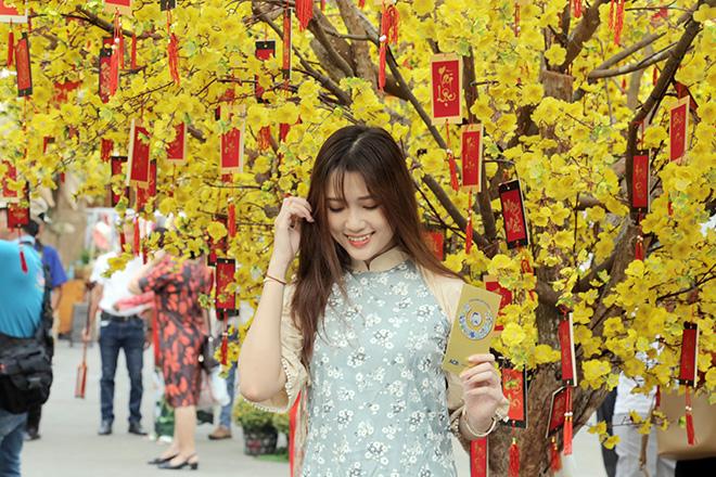 Thiếu nữ Sài Gòn xúng xính áo dài, dạo phố ông đồ những ngày giáp Tết - hình ảnh 8