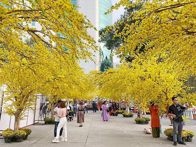 Thiếu nữ Sài Gòn xúng xính áo dài, dạo phố ông đồ những ngày giáp Tết - hình ảnh 2