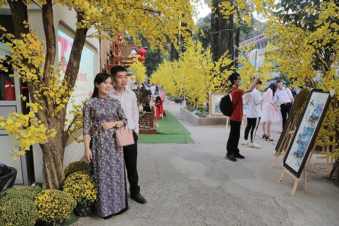 Thiếu nữ Sài Gòn xúng xính áo dài, dạo phố ông đồ những ngày giáp Tết - hình ảnh 3