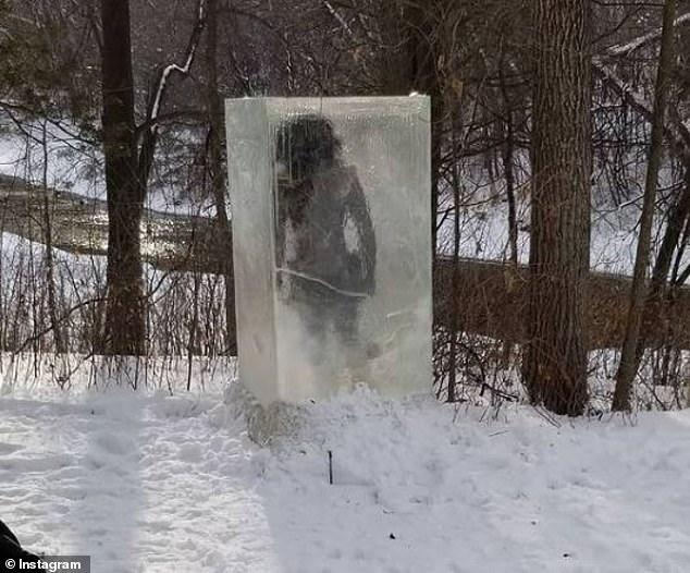 """Hoảng hồn khi thấy """"người tiền sử"""" bị đóng băng trên đường - hình ảnh 1"""