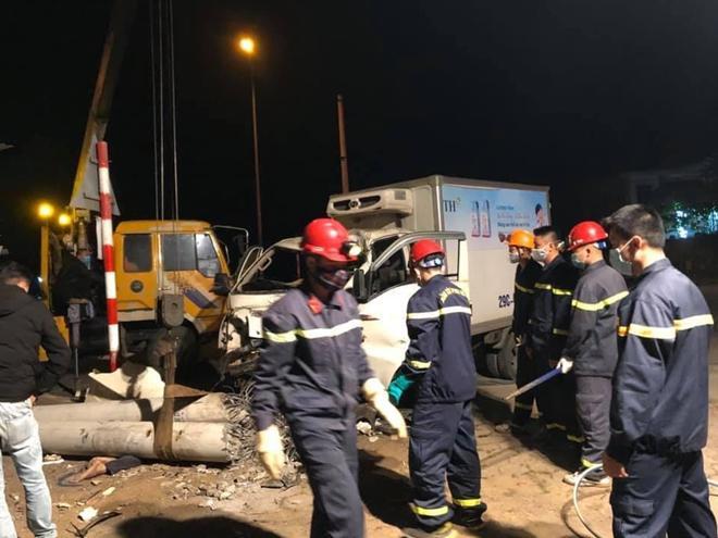Xe tải và xe máy đâm nhau trong đêm, 3 người thiệt mạng - 1