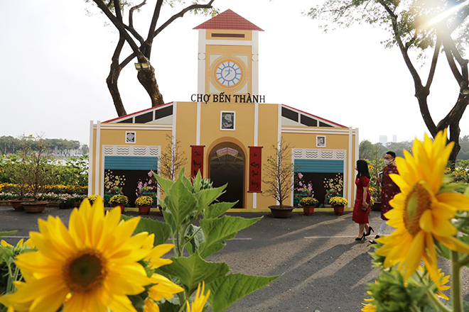 """Ngắm đường hoa dài 700m ở Phú Mỹ Hưng, điểm """"check in"""" cho du khách dịp Tết đến Xuân về - hình ảnh 1"""