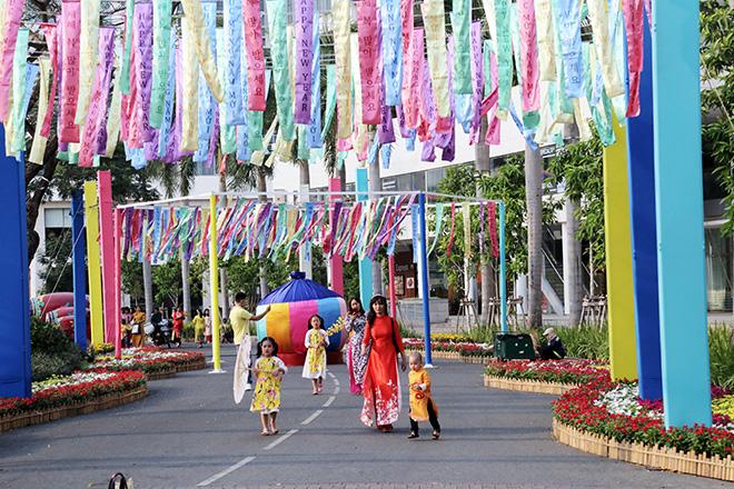 """Ngắm đường hoa dài 700m ở Phú Mỹ Hưng, điểm """"check in"""" cho du khách dịp Tết đến Xuân về - hình ảnh 10"""