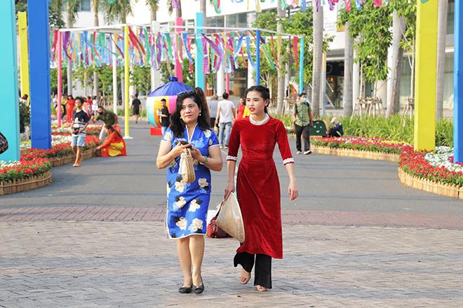 """Ngắm đường hoa dài 700m ở Phú Mỹ Hưng, điểm """"check in"""" cho du khách dịp Tết đến Xuân về - hình ảnh 2"""