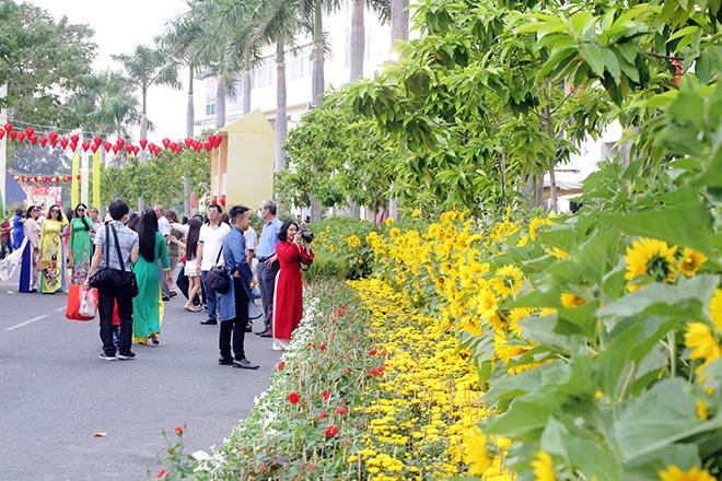 """Ngắm đường hoa dài 700m ở Phú Mỹ Hưng, điểm """"check in"""" cho du khách dịp Tết đến Xuân về - hình ảnh 3"""