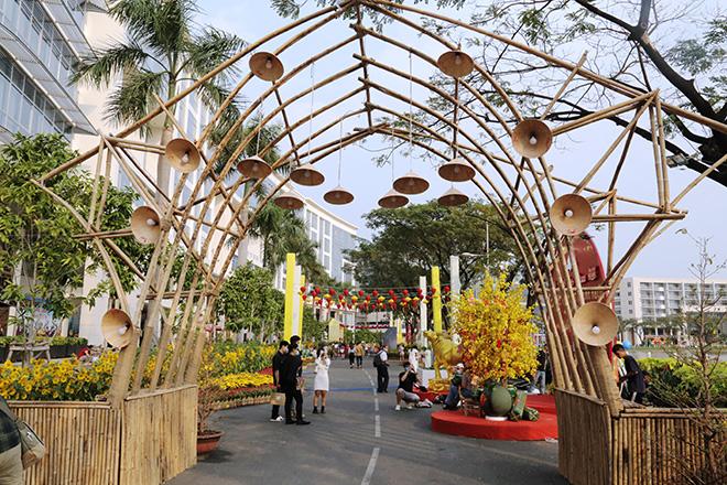 """Ngắm đường hoa dài 700m ở Phú Mỹ Hưng, điểm """"check in"""" cho du khách dịp Tết đến Xuân về - hình ảnh 5"""