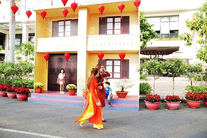 """Ngắm đường hoa dài 700m ở Phú Mỹ Hưng, điểm """"check in"""" cho du khách dịp Tết đến Xuân về - hình ảnh 7"""