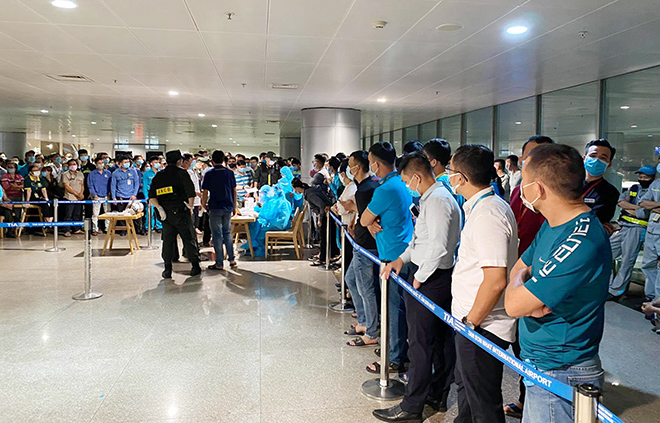 Đang lấy mẫu xét nghiệm 1.000 nhân viên sân bay Tân Sơn Nhất - hình ảnh 1