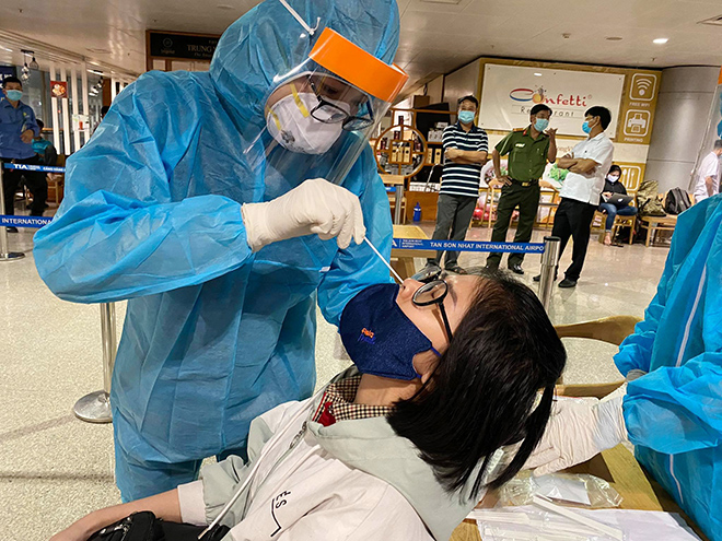 Đang lấy mẫu xét nghiệm 1.000 nhân viên sân bay Tân Sơn Nhất - hình ảnh 10