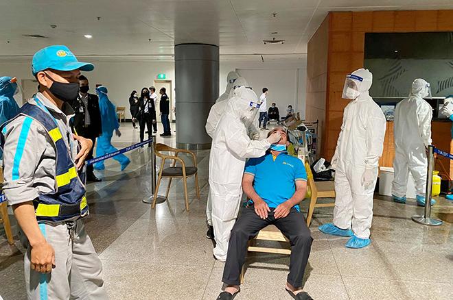 Đang lấy mẫu xét nghiệm 1.000 nhân viên sân bay Tân Sơn Nhất - hình ảnh 11
