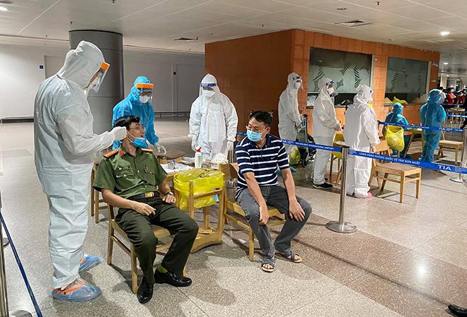 Đang lấy mẫu xét nghiệm 1.000 nhân viên sân bay Tân Sơn Nhất - hình ảnh 12