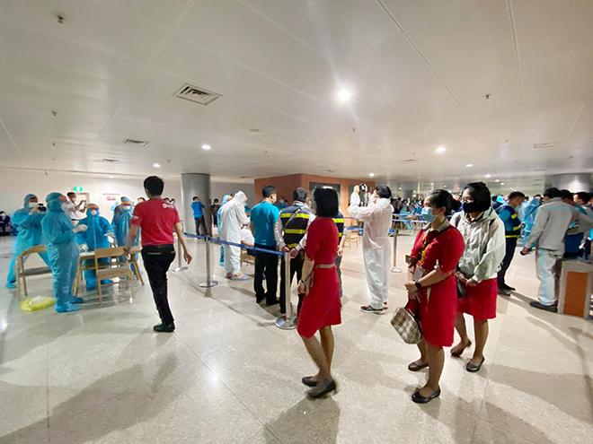 Đang lấy mẫu xét nghiệm 1.000 nhân viên sân bay Tân Sơn Nhất - hình ảnh 13