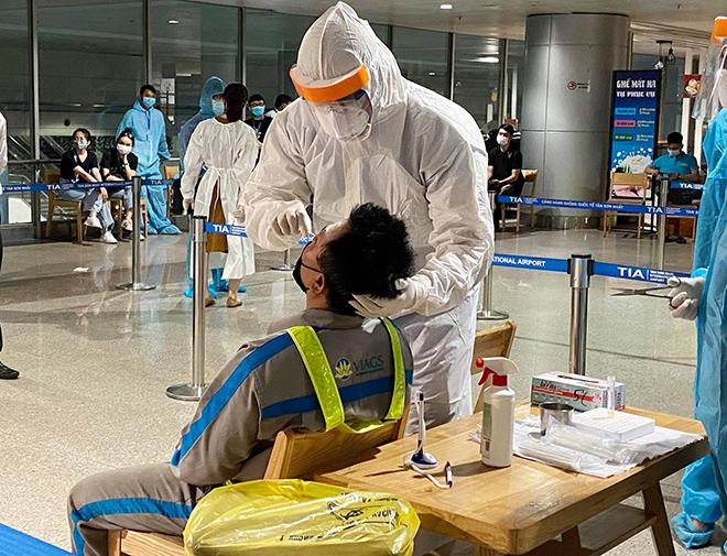Đang lấy mẫu xét nghiệm 1.000 nhân viên sân bay Tân Sơn Nhất - hình ảnh 14