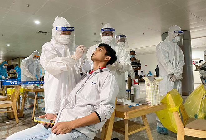 Đang lấy mẫu xét nghiệm 1.000 nhân viên sân bay Tân Sơn Nhất - hình ảnh 15